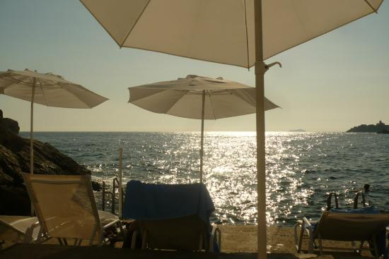 Hotel Dubrovnik Palace: Sun bathing by the sea