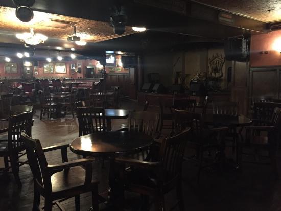 Ben Hall : Полвальное помещение - царство пива и стежков, меню как везде, в общем паб...