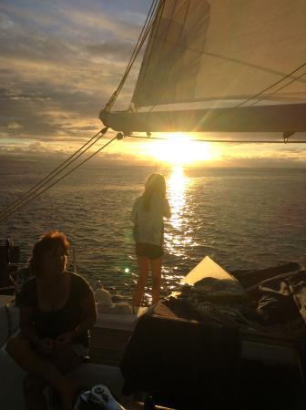 Tahiti Sailing Charter - Day Tours : Prêts pour l'apéro au couché du soleil