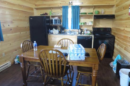 Fairways Cottages: Küche und Esstisch