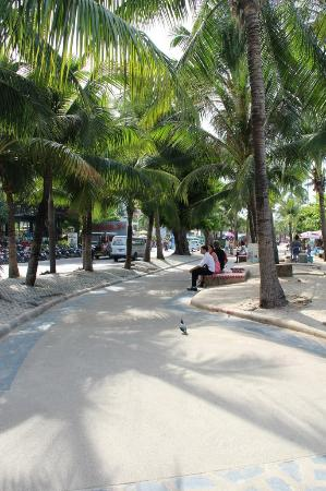 Sabai Lodge: вот так выглядит пешеходная зона от отеля к главным торговым центрам и ресторанам
