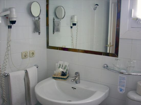 Foto de Hotel Abril, Sevilla: Cuarto de Baño Privado con Secador ...