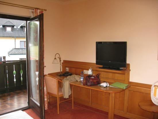 Hotel Wienerwaldhof: Schreibtisch mit grossem Flachbildschirm