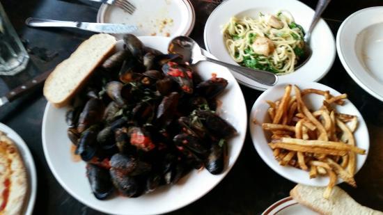 Bella Bistro : Mussels and Aglio Olio