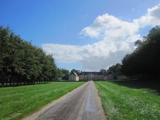 Audrieu, France : Подъезд к отелю