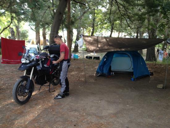 Camping La Pinède : piazzola tenda e moto