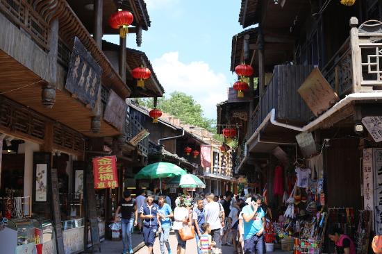 Shangli Ancient Town : A view of the Ancient Town and its shop