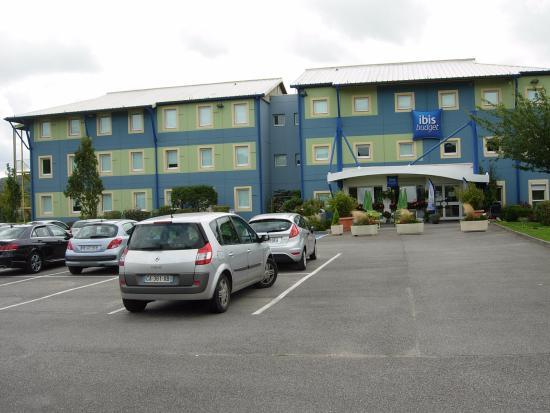 Ibis Budget Le Treport-Mers les Bains : Hôtel IBIS vu du grand parking