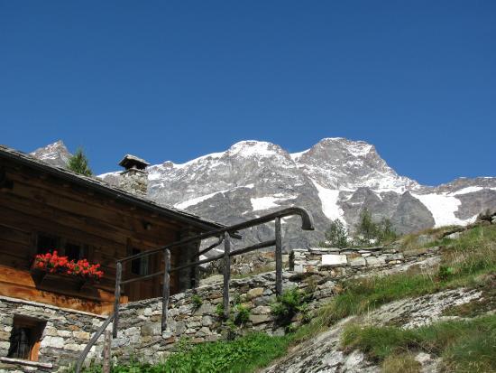 Alagna Valsesia, Italy: rifugio pastore e monte rosa