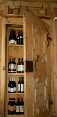 Hotel Camana Veglia: Qualche bottiglia di buon vino