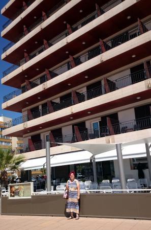 Hotel Montecarlo : Entrada y Bar/terraza en el paseo marítimo