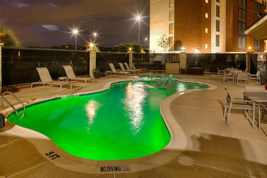 Hampton Inn & Suites Dallas / Lewisville - Vista Ridge Mall: Night Pool