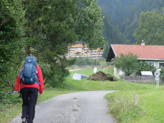 Panorama Hotel Talhof: Ziel erreicht: Der Talhof grüßt nach langer Wanderung