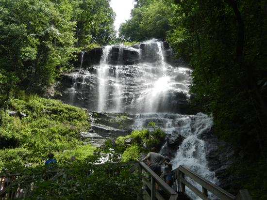 Dawsonville, Georgien: A view from the base of the falls.