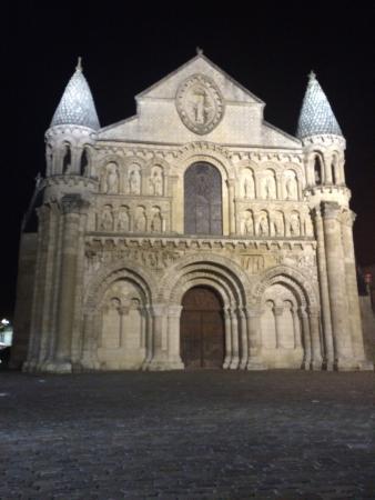 Hotel Central: La Iglesia de Notre dame de Noche