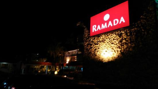 Ramada by Wyndham Fort Lauderdale Oakland Park: Eingang bei Nacht