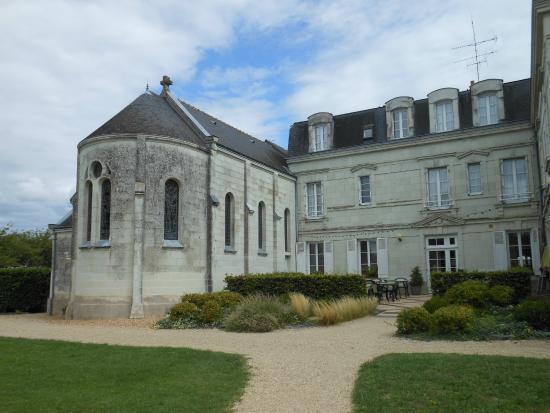 Saint-Martin-de-la-Place, Francia: Salles de restaurant dans la chapelle et dans le batiment principal