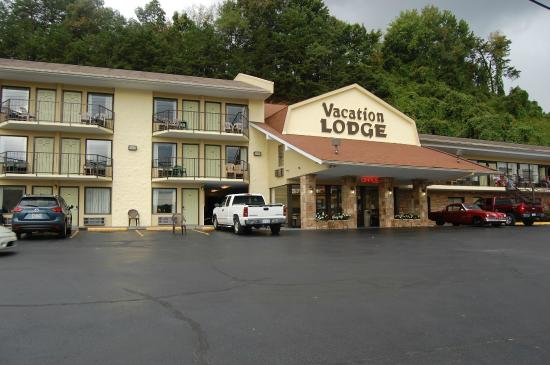 Front entrance picture of vacation lodge pigeon forge for Pigeon forge motor lodge pigeon forge tn