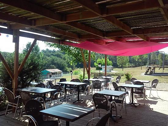Vergt, Frankrike: Bar terrasses ombragées camping las patrasses