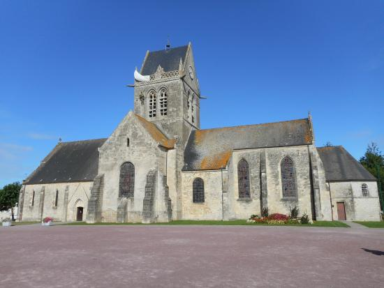 saint m re eglise foto van sainte mere eglise church sainte mere eglise tripadvisor. Black Bedroom Furniture Sets. Home Design Ideas