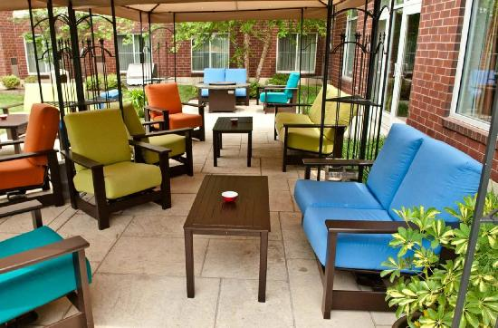 Homewood Suites Lansdale: Patio Seating with Relaxing Courtyard