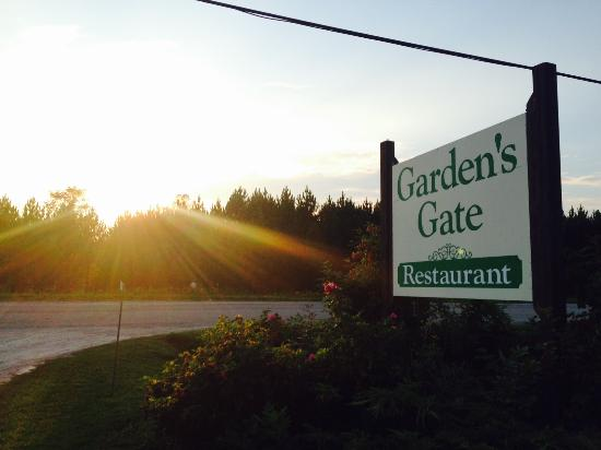 Garden's Gate Restaurant: Garden's Gate Sign