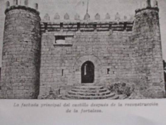 Villasobroso, Spain: Plaza de Armas Castillo de Sobroso, en VILASOBROSO