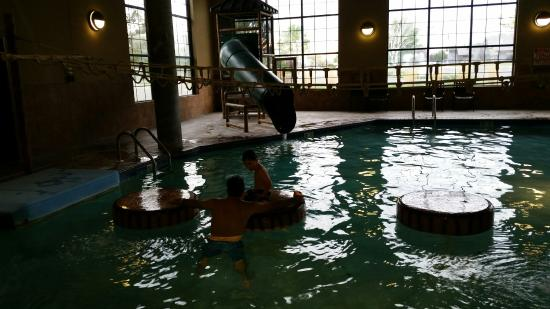 BEST WESTERN PLUS Kelly Inn & Suites: deepest part of pool 3 feet with slide, rope ladder