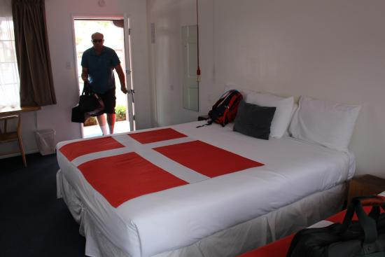 Hamlet Inn: There are two queen beds - just can't back up enough to get them both in the pic!