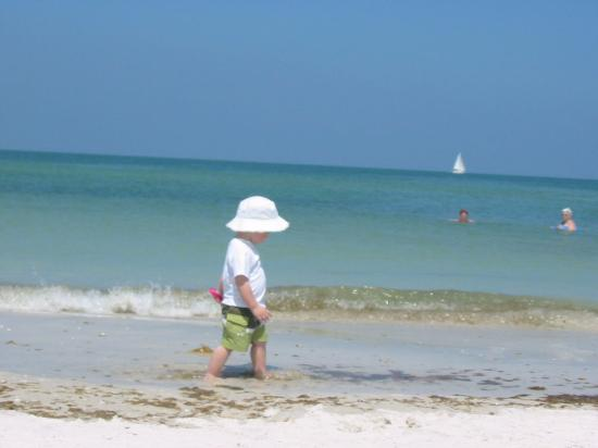 Blue Wave Motel Suites: Grandchild walking on Beach