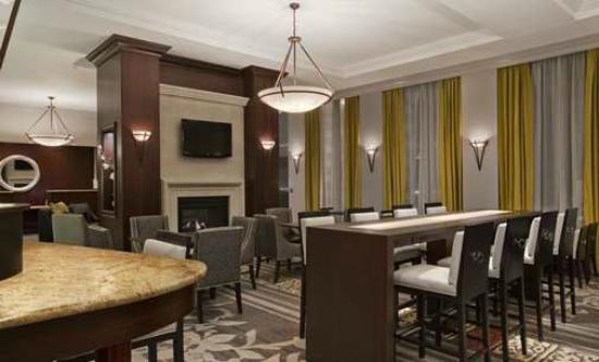 هوموود سويتس باي هيلتون فيلادلفيا: Elegant Dining and Lobby Area