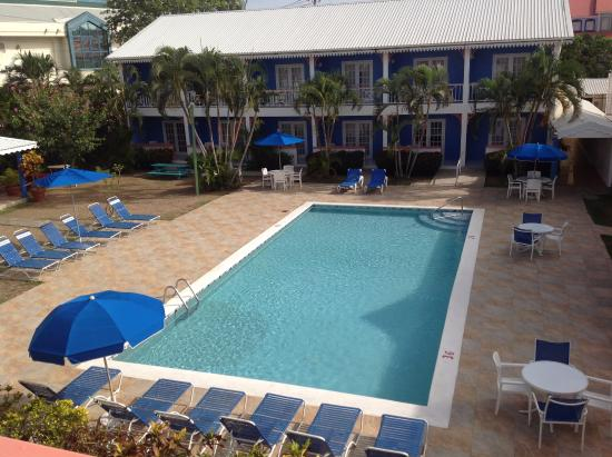 Bay Gardens Inn: View of pool from room