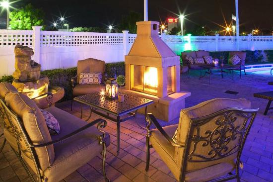 Hilton Garden Inn Riverhead: Bright and Comfortable Patio Area