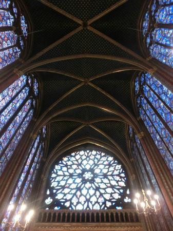 ปารีส, ฝรั่งเศส: 天井を見上げる。コウモリ天井にステンドグラスが映える。