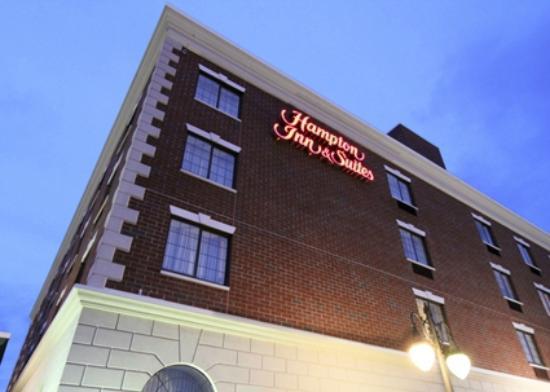 Hampton Inn & Suites by Hilton Rockville Centre: Exterior at Night