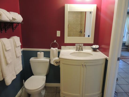 The Artisan Suites: bathroom
