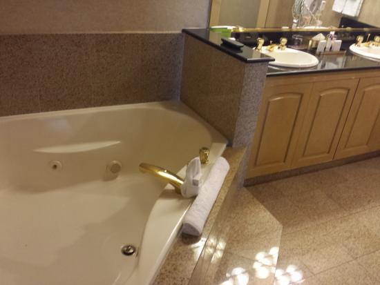 Marvelous Harrahu0027s Las Vegas: Part Of The Bathroom (with Tv), Whirlpool Tub,