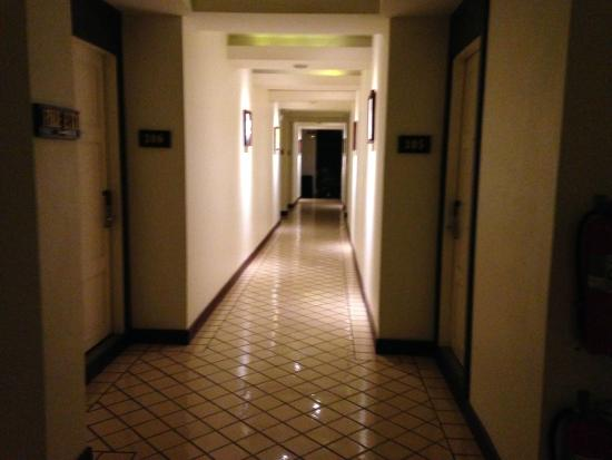 City Inn Vientiane: corridor and quite clean