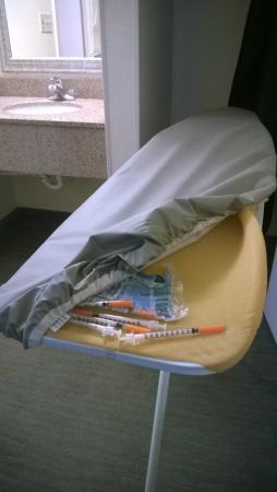 Baymont Inn & Suites Gainesville: Syringes in the ironing board cover