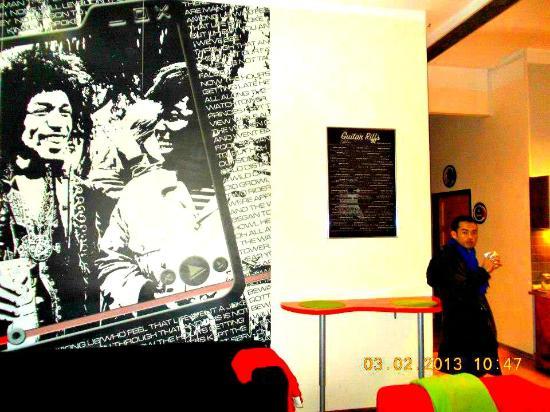 Hostel La Guitarra : Sophat having a nice breakfast at the hostel's pantry