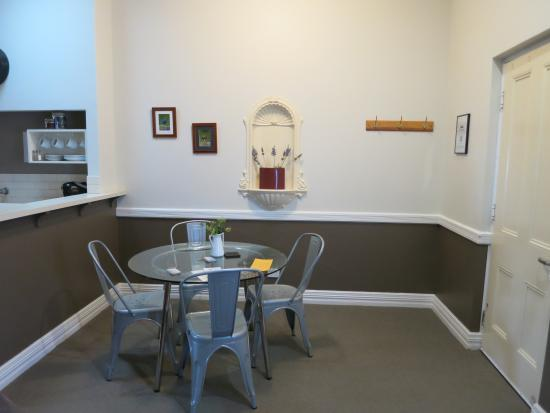 Foreshore Apartments: dining area