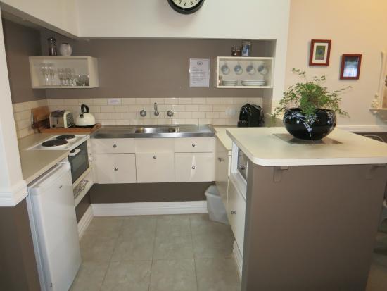 Foreshore Apartments: kitchenette