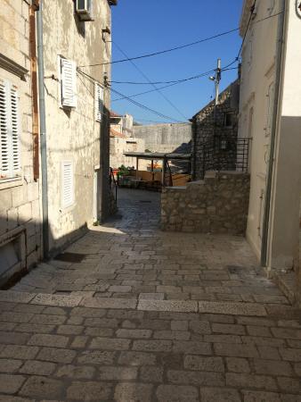 Rooms Kortizija: lane outside the rooms