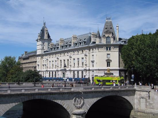 · After deciding on an impromptu solo tour to Paris, and 1 day to see this awesome City, I chose the hop on hop off bus tour. It was effortless I arrived off of the Euro Star from London, and being an absolute foreigner I walked /5(30).