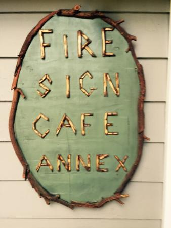 Fire Sign Cafe: Have a mocha next door while you wait, for a table.