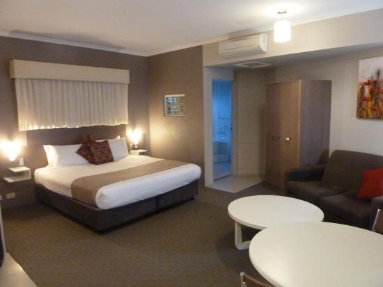 Quality Inn City Centre: King bedroom with spa