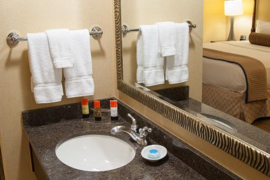 The Beverly Heritage Hotel: Bathroom Suite