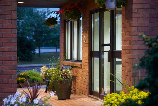 Comfort Inn Sherbrooke: x Entrance At Night