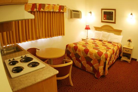 Glen Capri Inn & Suites - Colorado Street: Convenient in-room Kitchenette