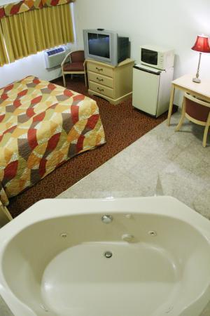Glen Capri Inn & Suites - Colorado Street: King Room With Jacuzzi